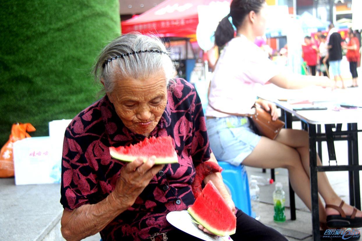 96岁老寿星在2019年西瓜节上......